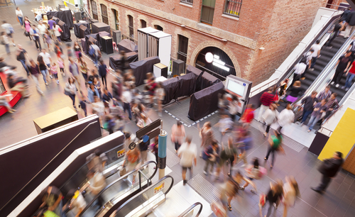 Люди бегут, торопятся, спешат в большом городе.