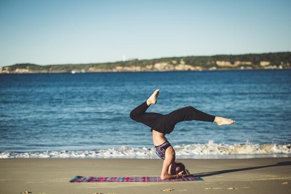занятие йогой на пляже