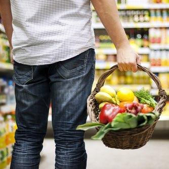 Человек покупает здоровую еду